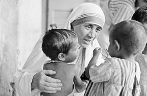mother teresa serving children